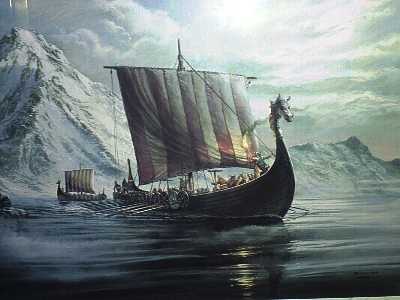 Barco vikingo con cabeza de dragón.