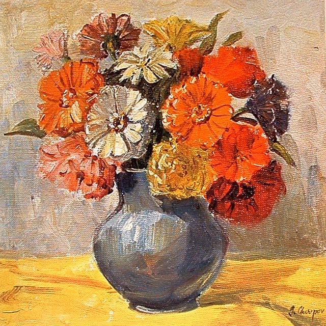 Composición de flores en un jarrón redondo