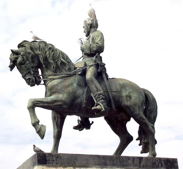 Fotos gratis -Escultura completa de un caballo y su jinete