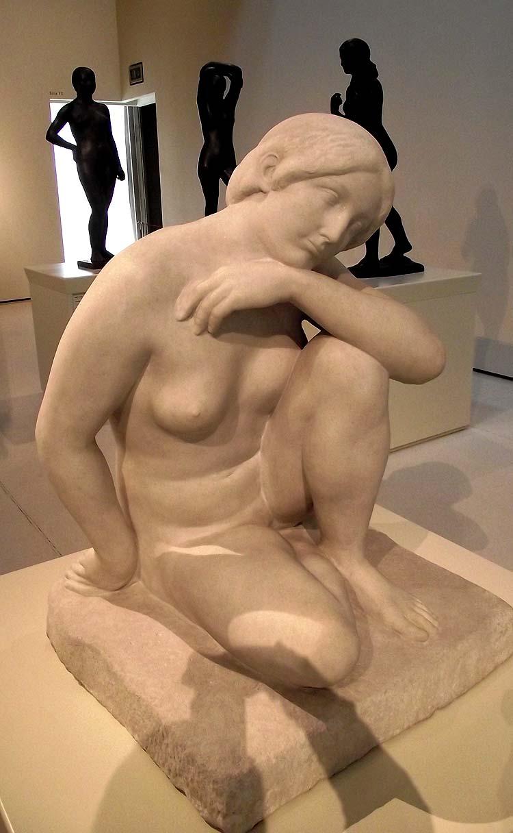 Escultura con una mujer recostada