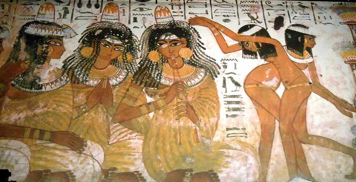 Pintura egipcia con músicos y bailarines.