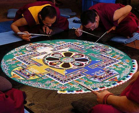 Monjes budistas haciendo un Mandala
