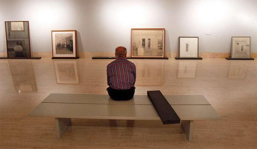 Antonio López en el montaje de una de sus exposiciones