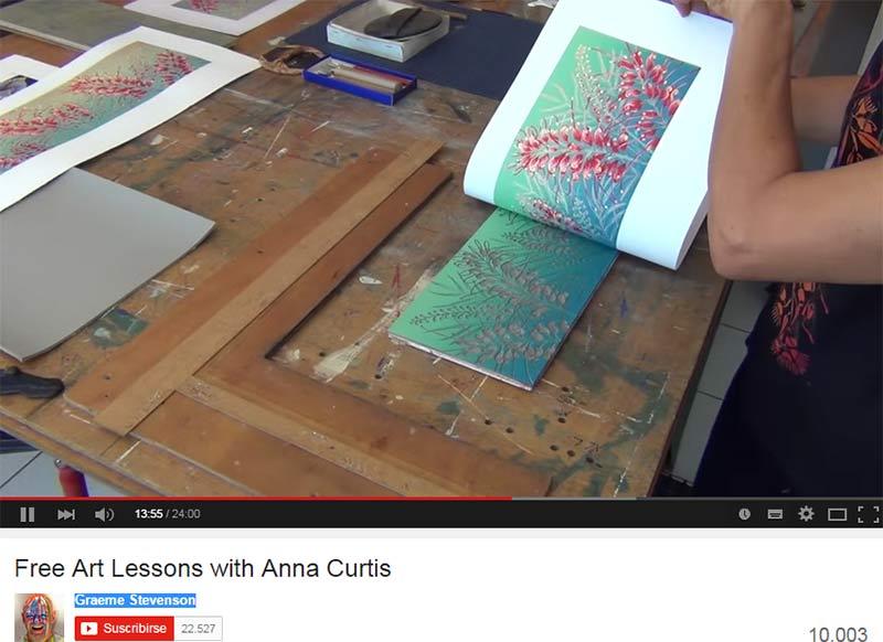 Anna Curtis enseña la técnica del grabado